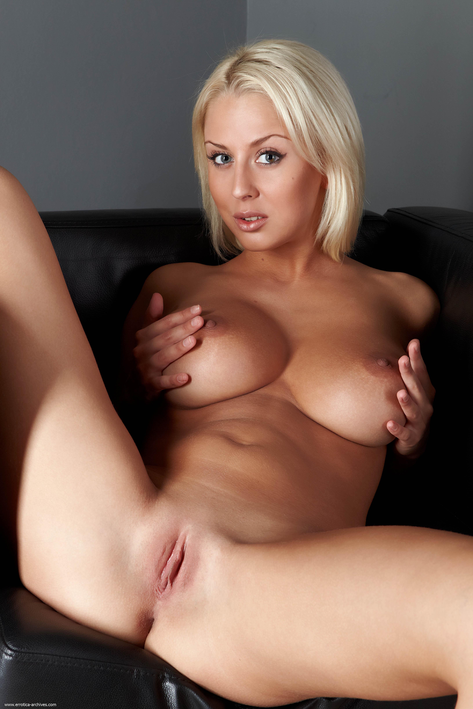 Порно фото больших задков узкую пизду лежа